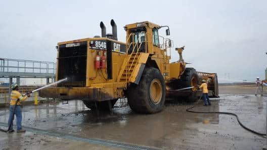 big_cat_loader_wash_hoses